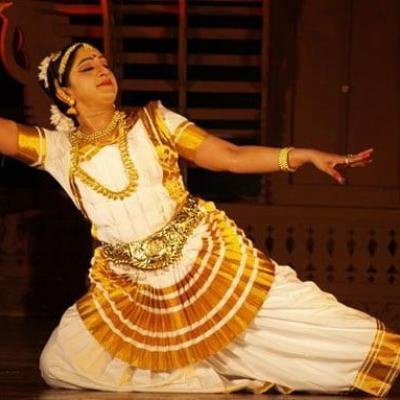 Mohiniyattam Costumes at Mayilpeeli Dance Collection in Kalady